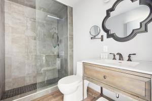 A bathroom at Sonder — The Wellesley