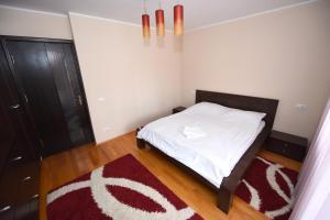 Un pat sau paturi într-o cameră la Măgurei Apart 4 rooms