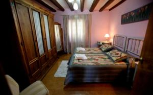 A bed or beds in a room at La Posadica Casa Aldabe