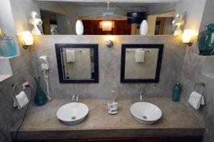 A bathroom at Villas Sur Mer
