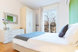 A bed or beds in a room at Milan Retreats