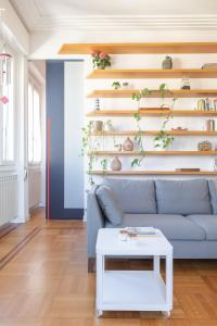 A seating area at Bright apartment with Terrace