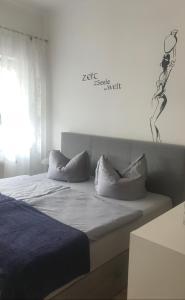 Ein Bett oder Betten in einem Zimmer der Unterkunft Ferienwohnung TINA