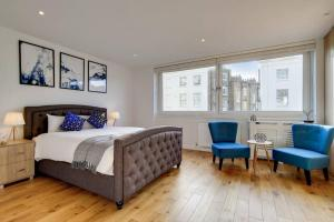 A bed or beds in a room at Stunning 4 Bed & 4 Bath Villa- Central London