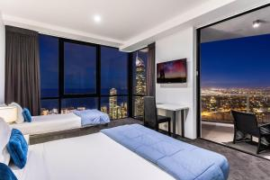 A bed or beds in a room at Circle | 2, 3, 4 & 5 Bedroom SkyHomes & Sub Penthouses by Gold Coast Holidays