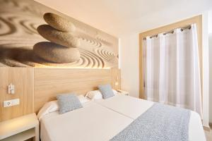 Een bed of bedden in een kamer bij Sun Beach