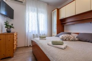 A bed or beds in a room at Pansion Tina