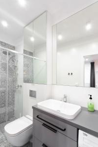 A bathroom at Apartamenty Warszawska