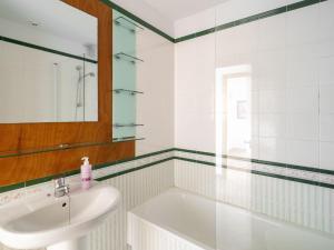 Un baño de Modern Holiday home in A Coruna with Pool