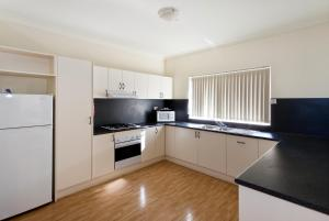 A kitchen or kitchenette at Alice On Todd Apartments
