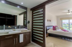 A bathroom at Mareazul Beach Front Resort Playa del Carmen