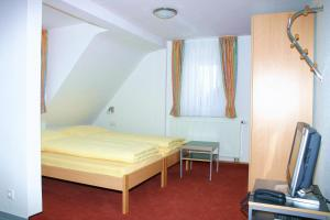 A bed or beds in a room at Das Apartmenthaus