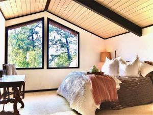 A bed or beds in a room at Heavenly View Carmel Valley Home L'Hermitage MV40