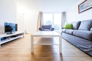 A seating area at Brugmann Square Apartments