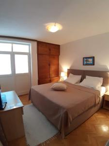 A bed or beds in a room at Apartments Kuljaca