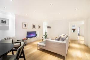 A seating area at Luxury 2 BR in Knightsbridge + Modern Interior