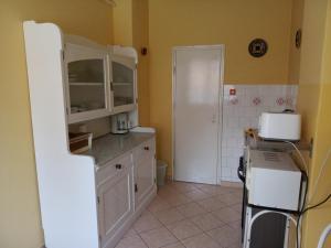 A kitchen or kitchenette at Jakus Ház