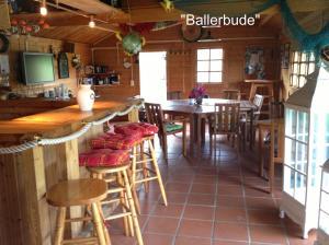 Ein Restaurant oder anderes Speiselokal in der Unterkunft Haus am Bodden