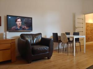 A television and/or entertainment centre at Apartament Wybickiego