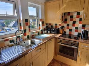 A kitchen or kitchenette at Summerhill Apartments