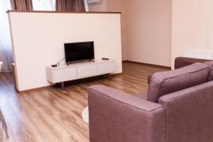 Телевизор и/или развлекательный центр в Апартаменты - студия в центре Казани - В Гостях как Дома