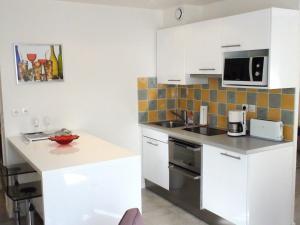 A kitchen or kitchenette at Appartement rue des Francs Bourgeois - Marais