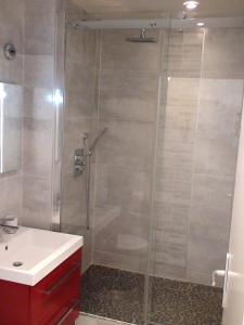 A bathroom at Appartement rue des Francs Bourgeois - Marais