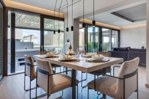 A restaurant or other place to eat at Shell Luxury Residences with Pool and Whirlpool