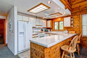 A kitchen or kitchenette at Yosemite's Scenic Wonders - 6BR/4BA Tri-Level Home
