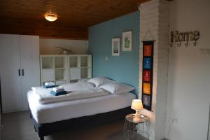 A bed or beds in a room at Vakantiehuis 't Geultje