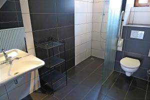 A bathroom at Mergelhoeve