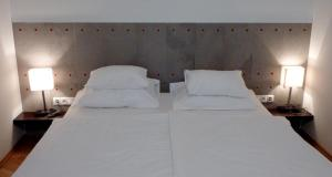 A bed or beds in a room at La Scala Apartments