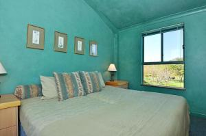 A bed or beds in a room at Tree Elle Retreat