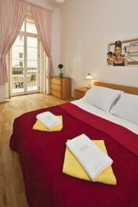 A bed or beds in a room at Picasso Apartments
