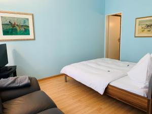 A bed or beds in a room at Apartments zum Löwen