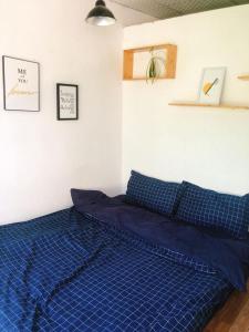 Giường trong phòng chung tại Doi House