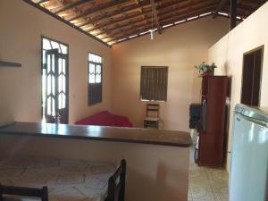A kitchen or kitchenette at Casa para temporada em Itacimirim