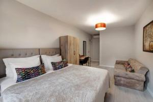 Кровать или кровати в номере Konak Çırağan Private Flats & Suites