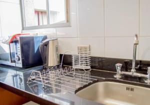 Una cocina o zona de cocina en UH ApartHotel Lastarria