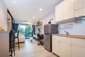 Кухня или мини-кухня в New spacious stylish Condo Free Netflix@Naiyang