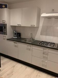 Een keuken of kitchenette bij Blissiebeachhouse