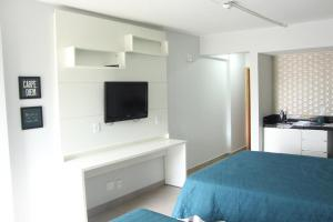 A television and/or entertainment centre at Sian Apart Hotel Garvey