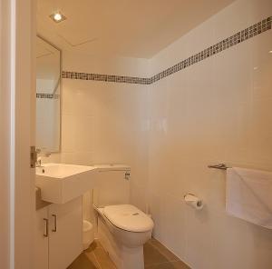 A bathroom at San Simeon Beachfront Apartments Tugun