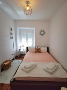 A bed or beds in a room at Sintra Central Flat