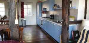 A kitchen or kitchenette at Oud-Bommerich