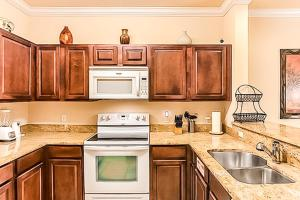 A kitchen or kitchenette at Delight on Tuscany Way