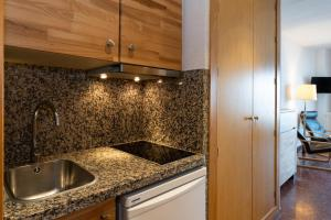 A kitchen or kitchenette at Hotel Apartamentos Bajondillo