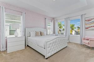 A bed or beds in a room at Bella Vida Resort 5 Bedroom Vacation Home with Pool 1870