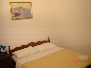 A bed or beds in a room at Apartments Villa Mungos