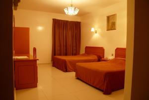 سرير أو أسرّة في غرفة في Basma Residence Hotel Apartments